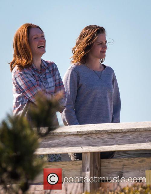 Kristen Stewart and Julianne Moore 5