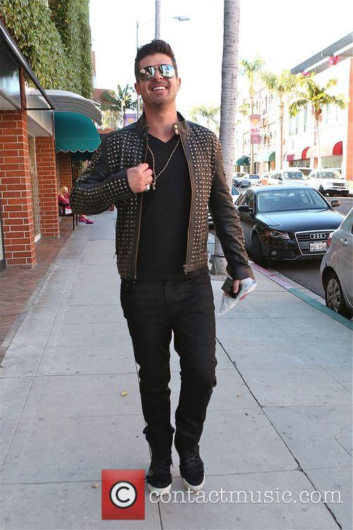 Robin Thicke walking along Bedford Avenue