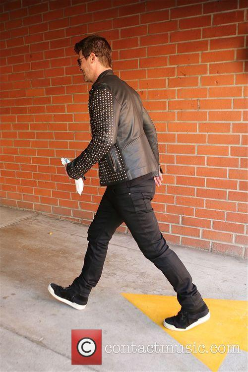 robin thicke robin thicke walking along bedford 4134498