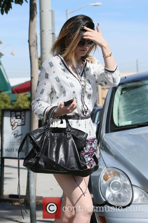 Kylie Jenner, highlights, sunglasses, black boots, ankle boots, black handbag, leather, jewelry, iphone, apple and cell phone 15