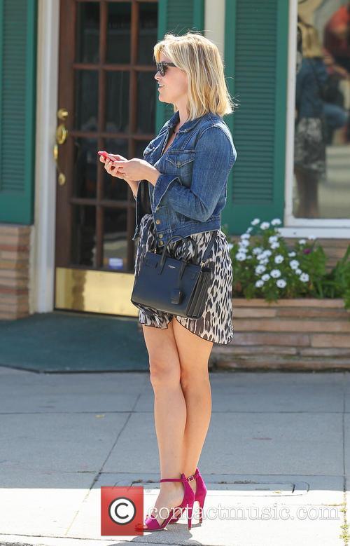 Reese Whiterspoon visits a hair and nail salon...