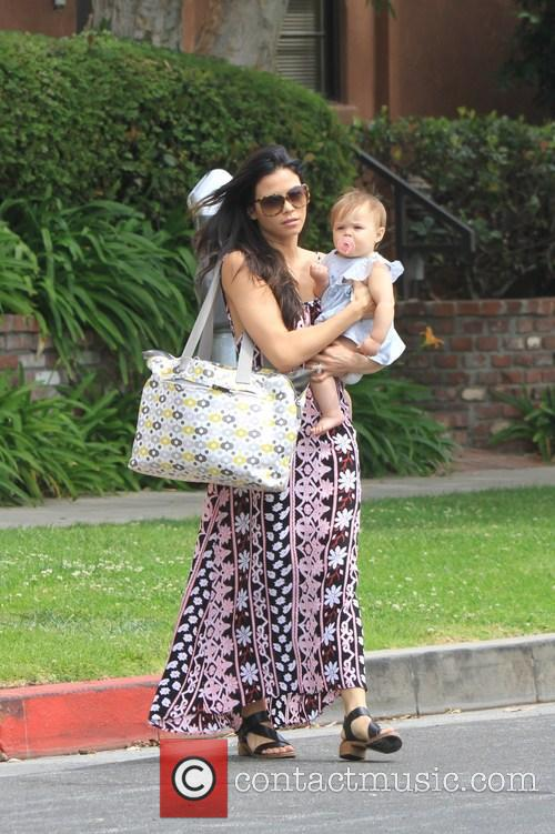 Jenna Dewan and Daughter Cross The Street 9