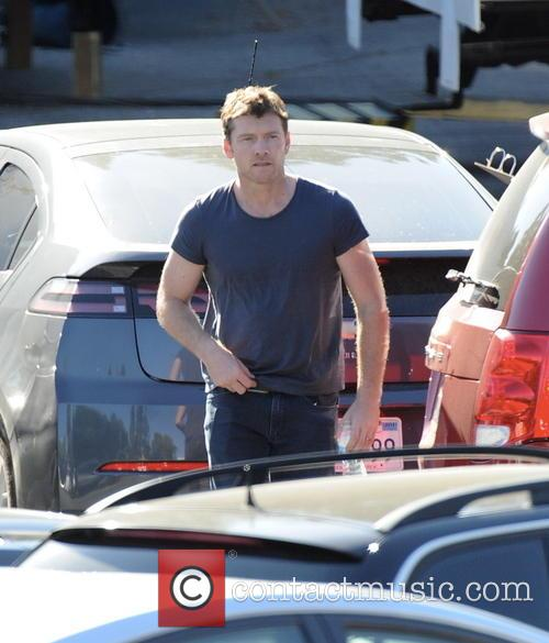 Sam Worthington gets a visit from girlfriend Lara Bingle on set