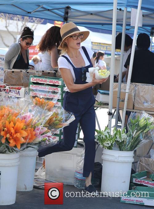 julie bowen julie bowen spotted grabbing food 4179508