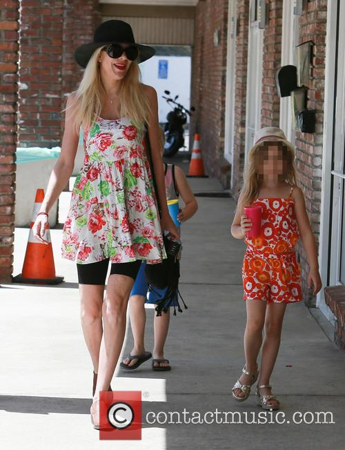 Tori Spelling and Stella Mcdermott 4