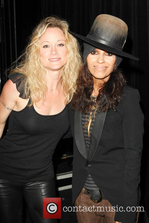 Teri Polo and Linda Perry 9