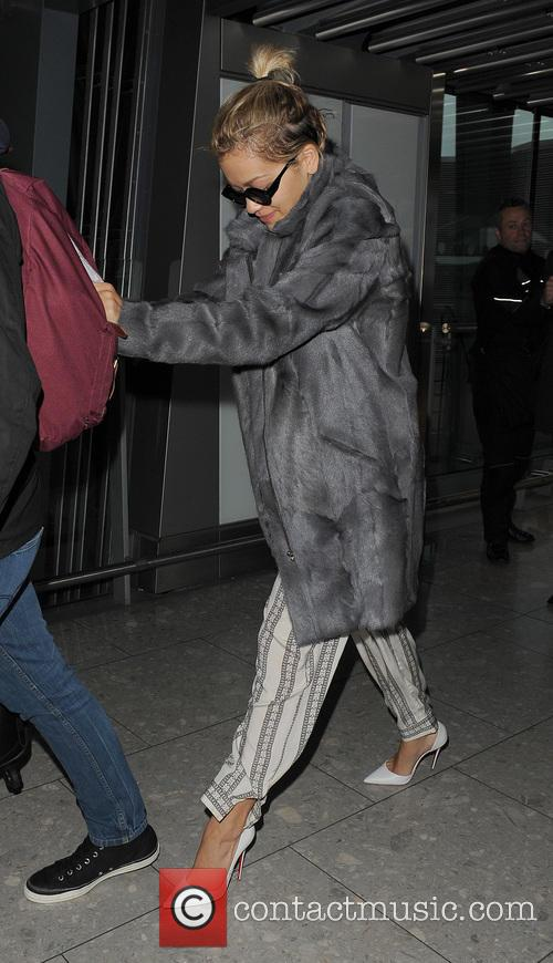 Rita Ora and her tour manager catch an...
