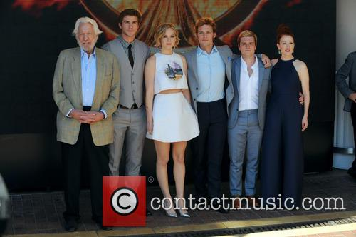 Liam Hemsworth, Jennifer Lawrence, Sam Claflin and Donald Sutherland 9