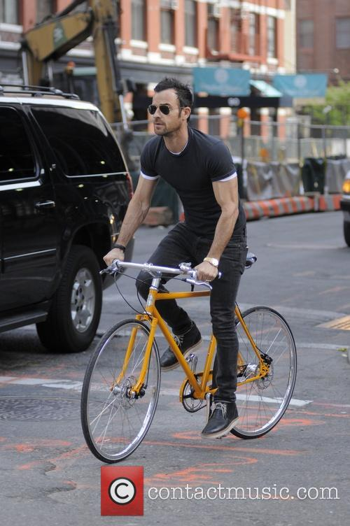 justin theroux justin theroux riding his bike 4205909