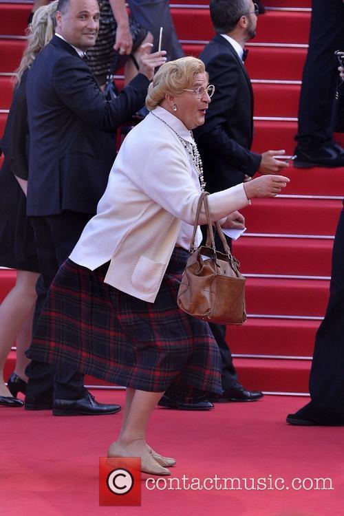 Mrs. Doubtfire (Robin Williams) crashes red carpet premiere...