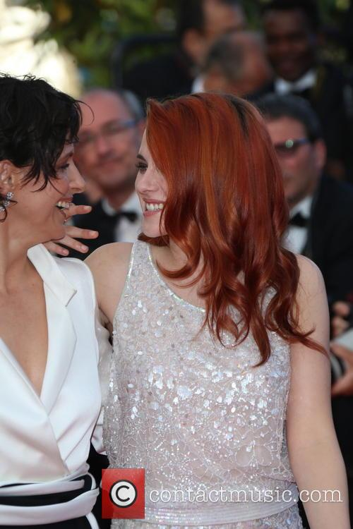 Kristen Stewart (r) and Juliette Binoche 1