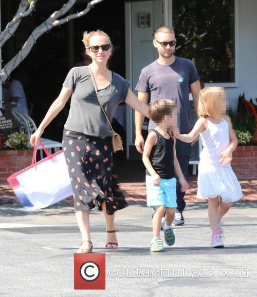 Toby Maguire has lunch with his family