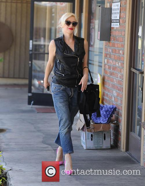 Gwen Stefani goes to acupuncture