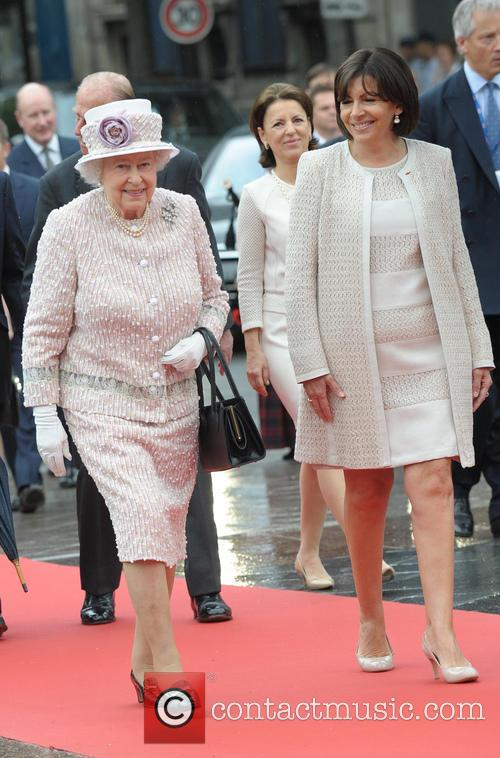 The Queen and Anne Hildalgo arrives a L'Hotel...