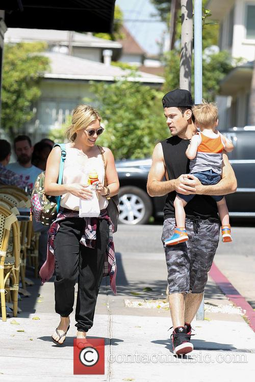 Hilary Duff, Mike Comrie and Luca Comrie 9