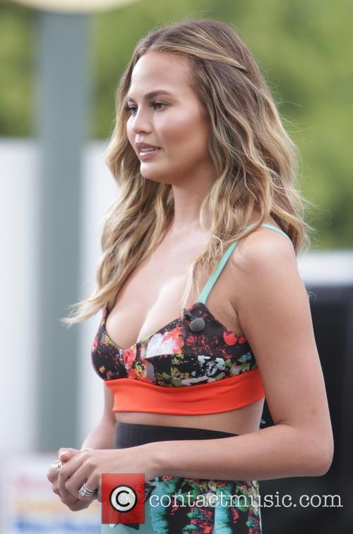 chrissy teigen chrissy teigen appears on extra 4288673