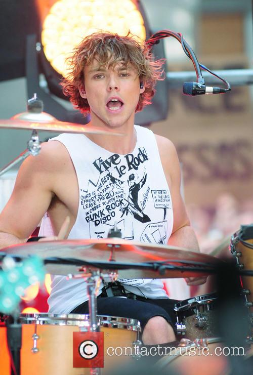 5 Seconds Of Summer and Ashton Irwin 6