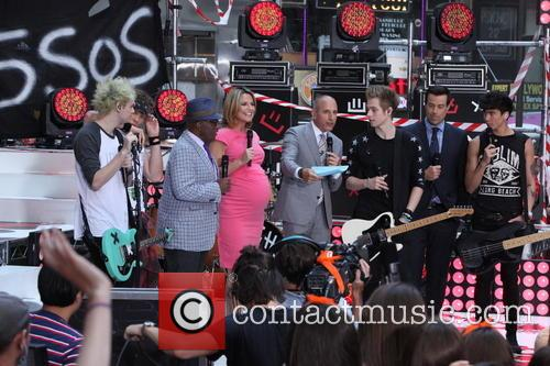 Michael Clifford, Ashton Irwin, Al Roker, Savannah Guthrie, Matt Lauer, Luke Hemmings, Carson Daly and Calum Hood 7
