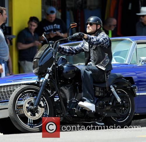 charlie hunnam charlie hunnam filming sons of 4315704
