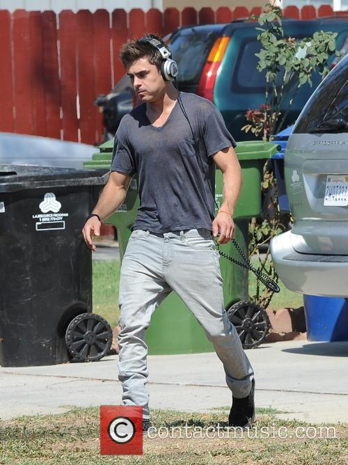 Zac Efron shows off his biceps
