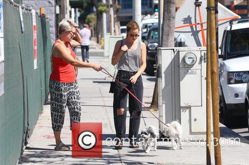 Mena Suvari meets up with a friend and...