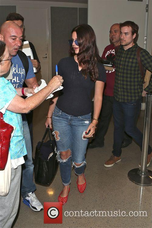 Lana Del Rey is mobbed by autograph hunters...