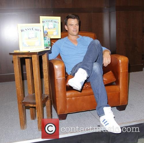 Josh Duhamel reads the children's book 'Bunny Cakes'...