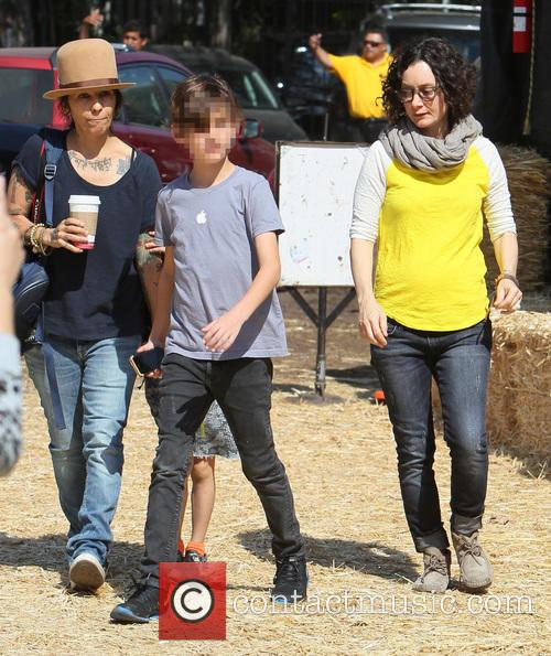 A pregnant Sara Gilbert and Linda Perry go...