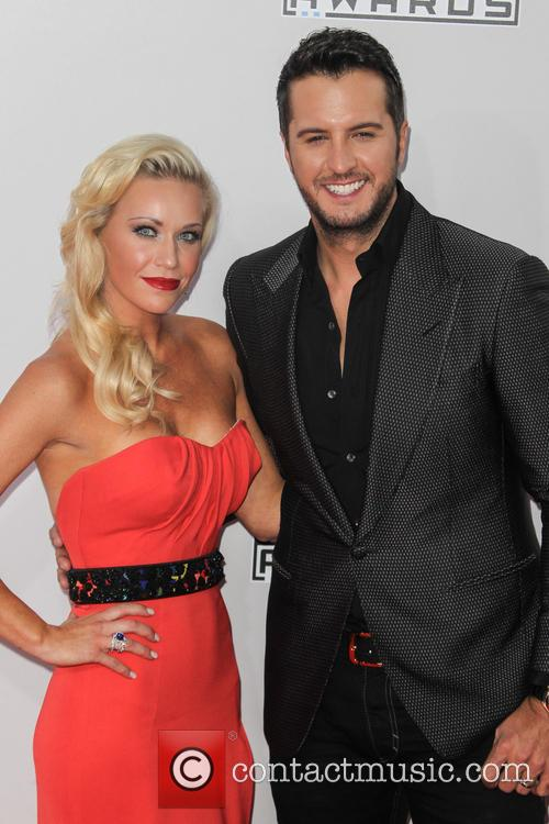 Luke bryan american music awards ama 2014 2 pictures for Luke bryan sister kelly cheshire death