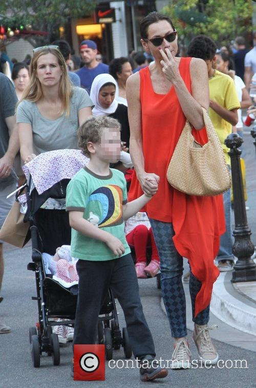 Minnie Driver, Son Henry and Sister Kate 3