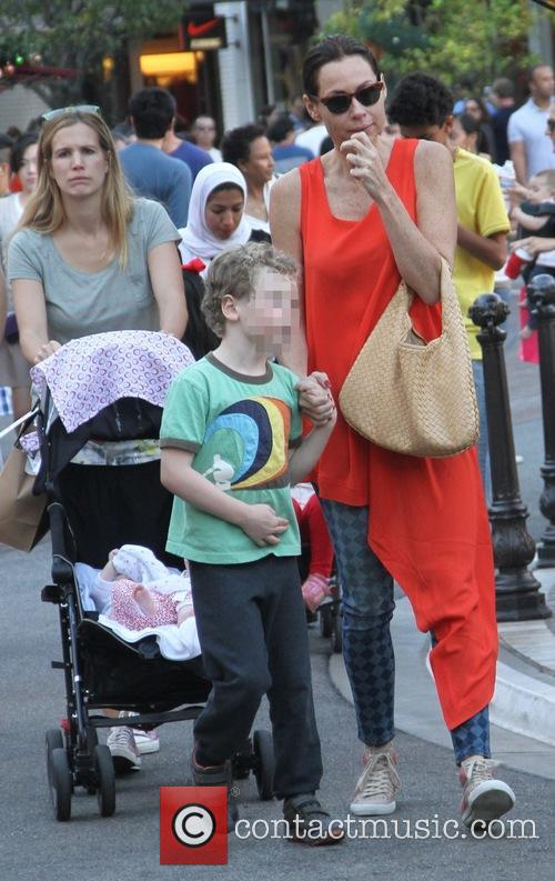 Minnie Driver, Son Henry and Sister Kate 4