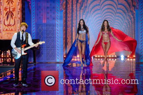 Ed Sheeran, Adriana Lima and Alessandra Ambrosio 4