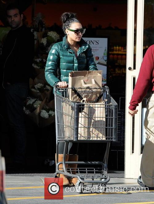 Naya Rivera does last minute grocery shopping at...