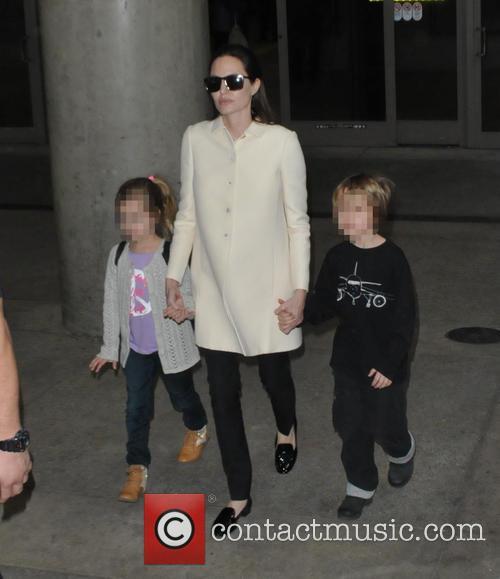 Angelina Jolie, Shiloh Jolie-pitt and Vivienne Jolie-pitt 4