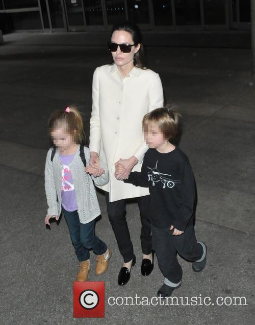 Angelina Jolie, Shiloh Jolie-pitt and Vivienne Jolie-pitt 6
