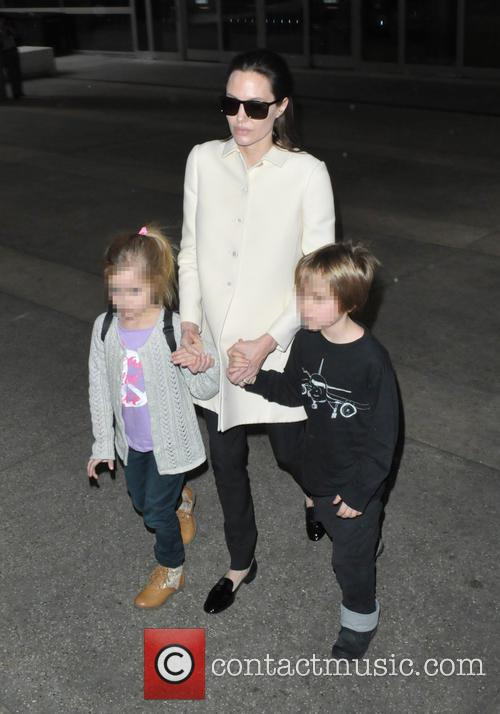 Angelina Jolie, Shiloh Jolie-pitt and Vivienne Jolie-pitt 7