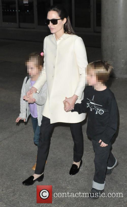Angelina Jolie, Shiloh Jolie-pitt and Vivienne Jolie-pitt 10