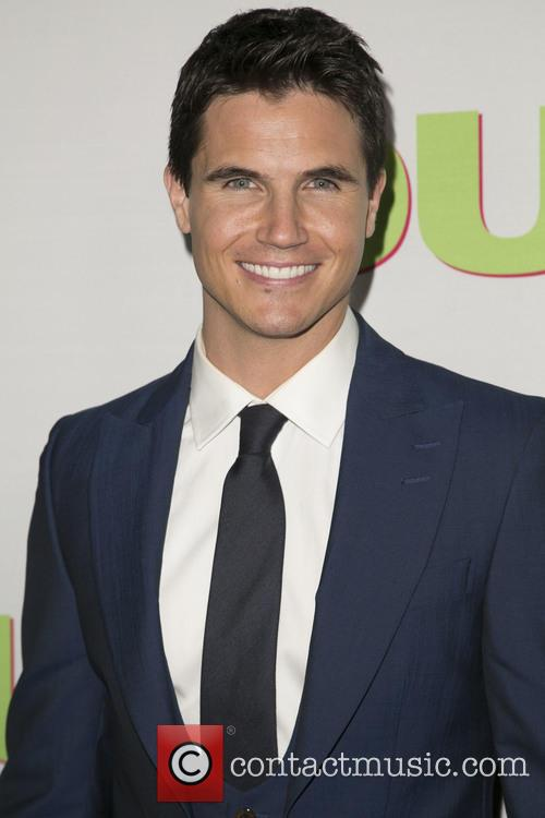 Robbie Amell 8