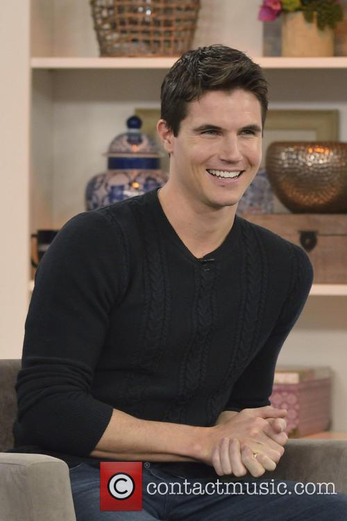 Robbie Amell 7