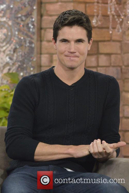 Robbie Amell 11