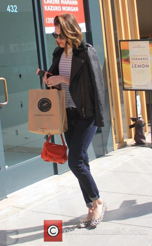 Mandy Moore grabs juice at Pressed Juicery