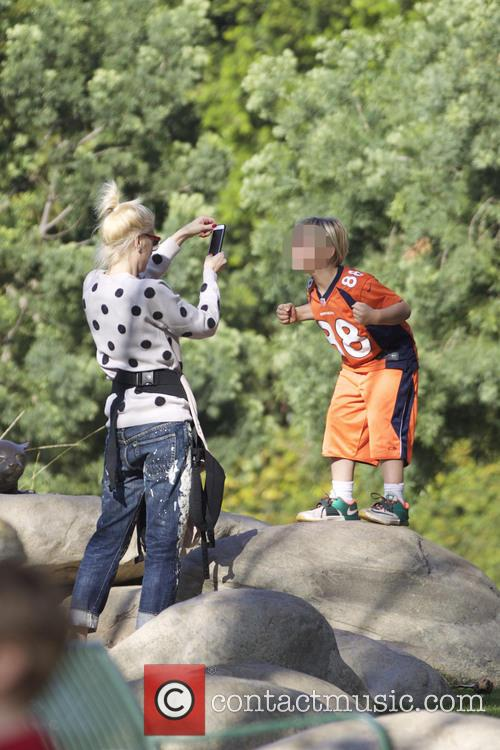 Gwen stefani and kids play at the park
