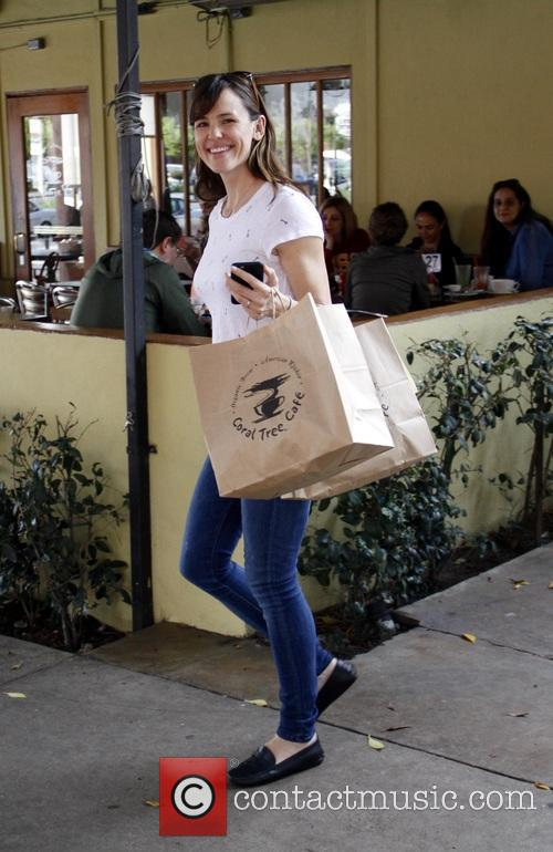 Jennifer Garner stops by Coral Tree Cafe for...