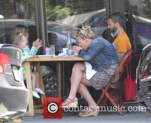 Busy Philipps, Marc Silverstein, Birdie Leigh Silverstein and Cricket Pearl Silverstein 2