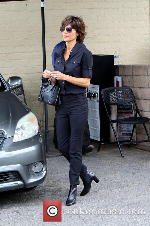 Lisa Rinna dressed all in black leaves a...