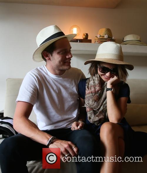 Dominic Sherwood and Sarah Hyland 5
