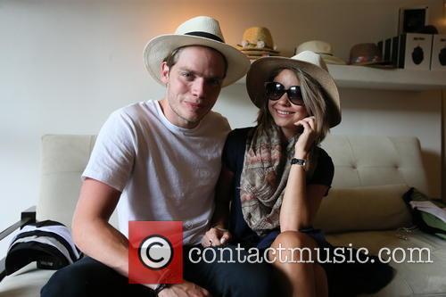 Dominic Sherwood and Sarah Hyland 7