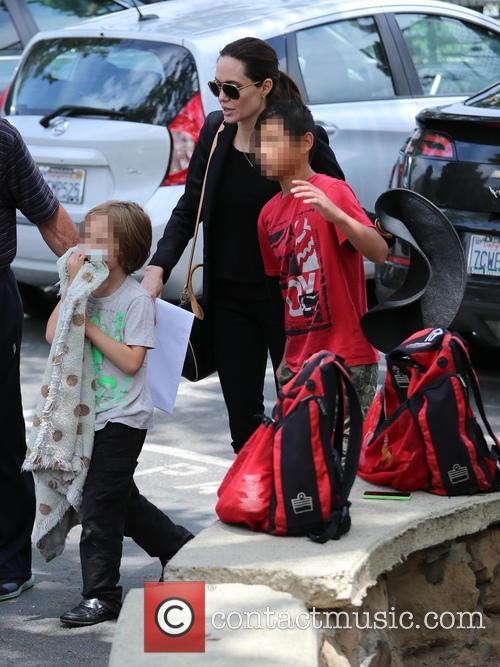 Angelina Jolie, Knox Jolie-pitt and Pax Jolie-pitt 7