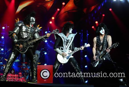 Gene Simmons, Tommy Thayer and Paul Stanley 9