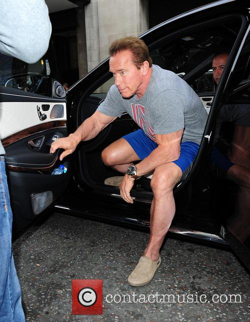 Arnold SCHWARZENEGGER swamped by Paparazzi and fans